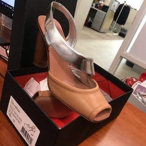 Size 10 Nat/Silver BCBGMAXAZRIA Peep Toe Sandal